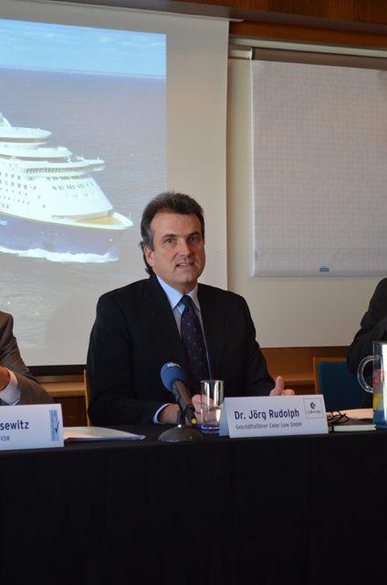 Dr. Jörg Rudolph präsentiert die ersten Zahlen für 2013 - Bildquelle: Fähren-Aktuell